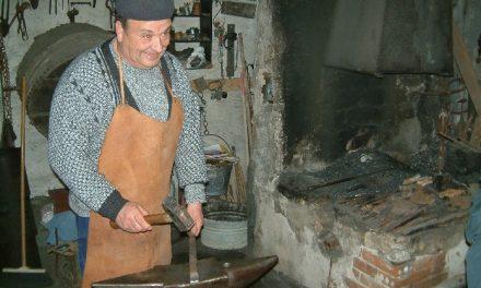 FABBRI–Tra incudini, ferro e fuoco, soffrono ma reggono 472 fabbri di Sardegna.